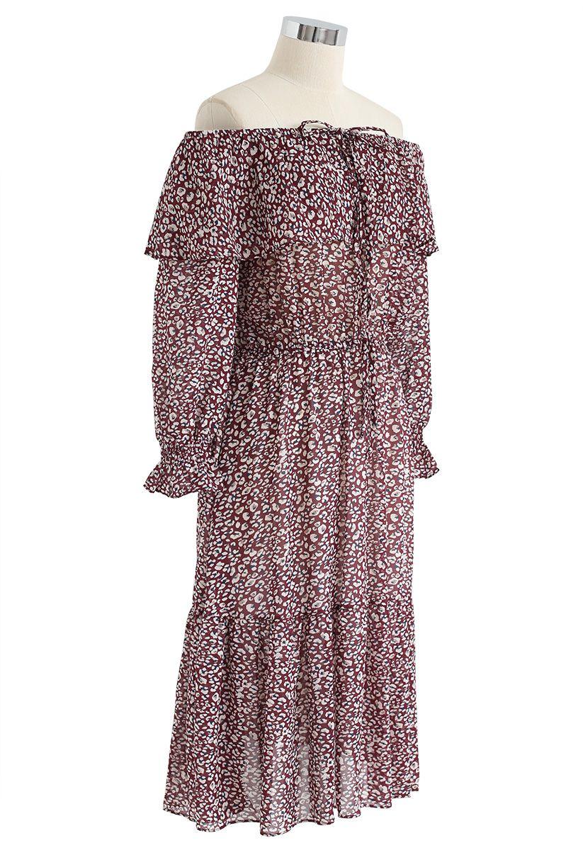 Vestido a media pierna de gasa con hombros al aire en forma de remolino en vino