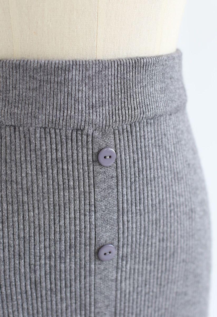 Falda midi de punto acanalada con botones en el frente en gris