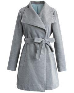 Abrigo de lana con cinturón urbano elegante en humo