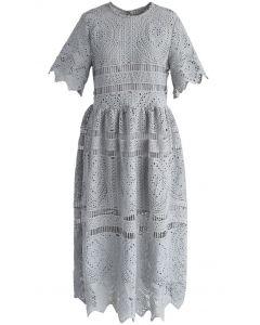 Con su ingenio vestido de ganchillo en blanco