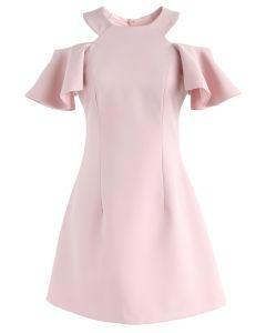 Vestido rosa con hombros fríos que gira en el fin de semana