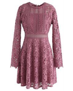 Vestido de noche de crochet floral en rosa roja