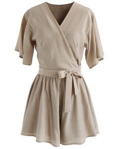 Conjunto informal de top y shorts envueltos en bronceado claro