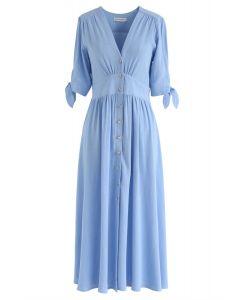 Vestido de verano con cuello en V y botones en azul