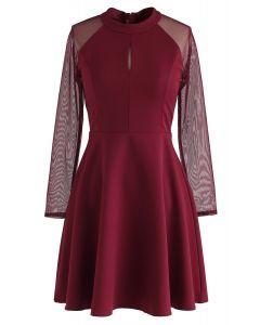 Vestido elegante de mangas de malla en rojo