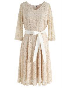 Recuerda el vestido de encaje con cuello en V de otoño en albaricoque