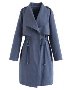 Gabardina de cintura larga con cordón en azul polvoriento