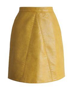 Falda de cuero sintético en mostaza