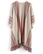 Elegante capa tejida con borlas a rayas populares en bronceado